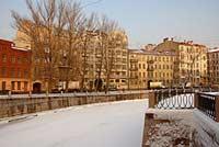 В Петербурге в реку Карповку свалился автомобиль