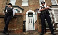 Британская полиция караулит от террористов солдата-мусульманина