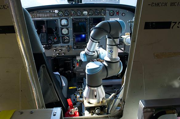 В США испытали самолет с пилотом-роботом