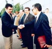 Борис Немцов в своих знаменитых мятых белых штанах встречает