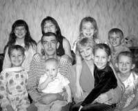 Десять дважды осиротевших детей усыновил старший брат