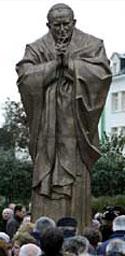 Церетелевский памятник Иоанну Павлу II вызвал скандал