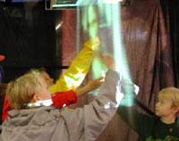 Руками трогать! Детям туманный экран очень нравится и не только поэтому (фото fogscreen.com).