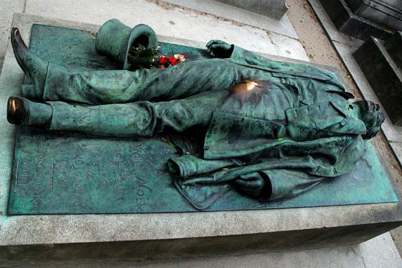 Одинокие женщины довели статую Виктора Нуара до разрушения