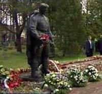 В Таллине сотни людей идут к памятнику Воину-Освободителю