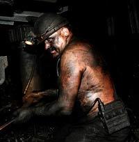 Уцелевшие горняки шахты в Донбассе подняты на поверхность