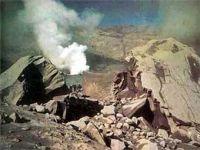 Вулкан Чикурачики выбрасывает двухкилометровые столбы пепла