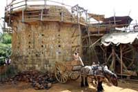 Во Франции прадедовским способом строят настоящий средневековый