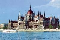 К зданию парламента Венгрии стекаются люди