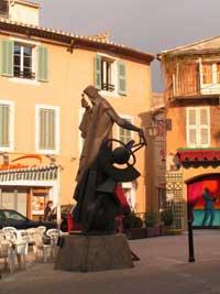 Город Салон. Площадь Нострадамуса с памятником пророку.  Фото