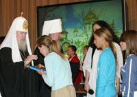 Алексию II при посещении храма Татианы дети подарили оливковое