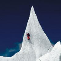Стеклянная пирамида на вершине ледника