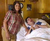 Терри Валлис (справа) и его мать