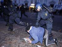 Молодежь в Копенгагене бунтует со спущенными штанами