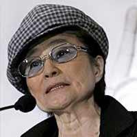 Вдову Леннона обвинили в домогательствах