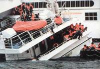 Власти острова Реюньон отказались принять россиян с тонущего