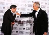 Клинт Иствуд вручает награду Энгу Ли