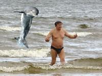 Пьяный купальщик не поделил добычу с дельфинами