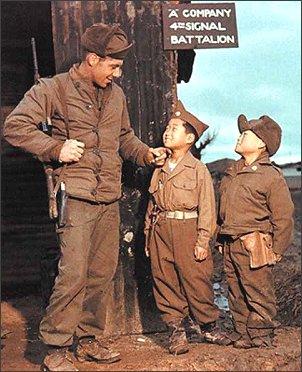 Американский солдат - освободитель. Фото времен Корейской войны 1950-53 гг. Южная Корея