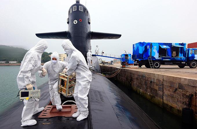 Атомный подводный флот Поднебесной ВВС Китая на днях провели учения по атомной безопасности в Циндао, провинция Шаньдун. Город расположен на берегу Желтого моря. Примечательно, что учения проводились при максимальной публичности, что на фоне повышенной секретности программы атомного подводного флота Поднебесной кажется шагом совершенно беспрецедентным. Китай серьезно вкладывается в военно-морские силы, чтобы обеспечить надежной защитой свои водные границы и отстоять свою территориальную целостность. ВМФ Китая насчитывает 290 тысяч человек. Он делится на три большие группы: флот Северного моря, флот Восточного моря, флот Южного моря. В каждом есть подводные лодки, наводные корабли, а также подразделения береговой охраны и военно-морской десант.
