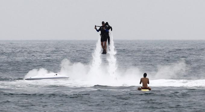 Пляжные забавы. Человек - ракета взлетает на струях воды