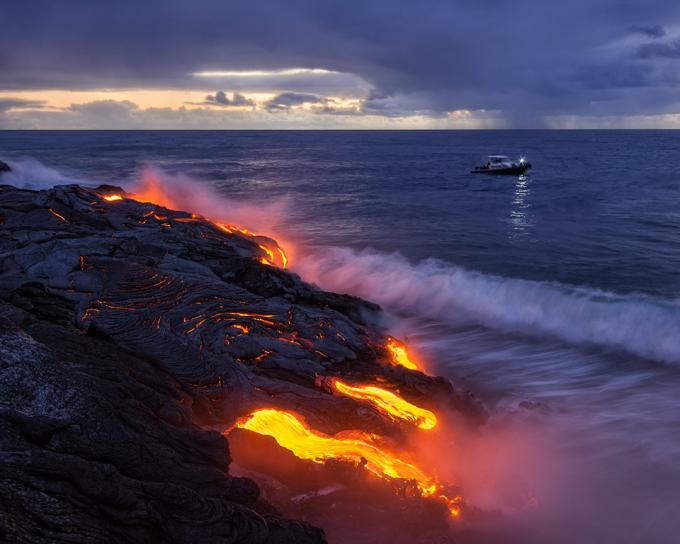 Момент когда потоки лавы вырвавшиеся