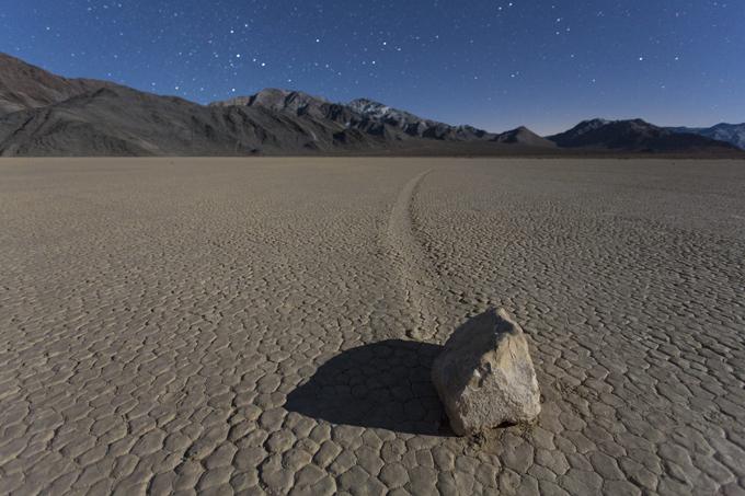Интересное в мире Здесь же находится и уникальное природное явление - скользящие камни. За сравнительно короткое время камни проскальзывают по песку на значительно расстояние, оставляя за собой след. Фото All Over Press Интересное в мире, истории, новости