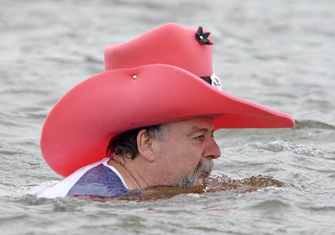 Интересное в мире В этом году искупаться не побоялись около ста человек, включая этого пожилого мужчину в гигантской розовой ковбойской шляпе. Почему  в таком виде?  Интересное в мире, истории, новости