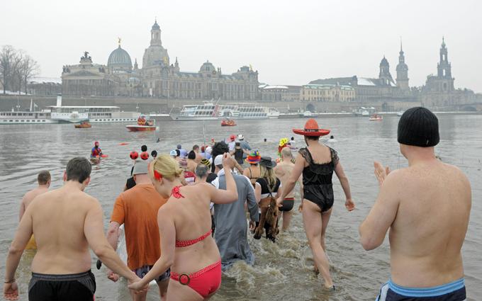 Интересное в мире Дело в том, что организаторы решили сделать событие более ярким, для чего попросили будущих участников принарядиться к заплыву. Желающим предоставили две колеи для плавания, одна длиной 400 метров, другая 800. Интересное в мире, истории, новости