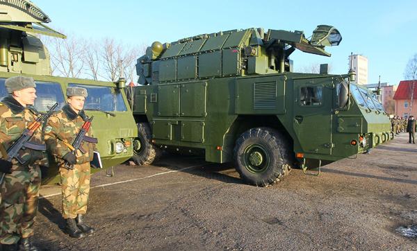 Первая батарея российских ЗРК  Тор-М2  в Беларуси Система будет обеспечивать противовоздушную оборону не только армейских подразделений, но и наиболее важных государственных объектов - электростанций, нефте - и газохранилищ. Фото ИТАР-ТАСС Тор-М2,Беларусь