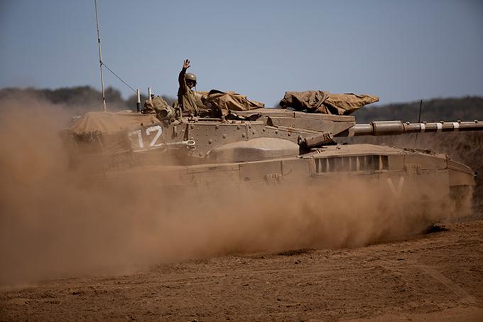 Las fuerzas israelíes del ejército militar de revisión de defensa (IDF), recientemente comenzaron a enseñar tanque en los Altos del Golán.  Military Review