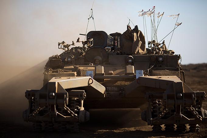 Военное обозрение Буквально за день до этого эта контролируемая Израилем территория была обстреляна из миномета со стороны Сирии, в результате чего два израильских военных были обстреляны. Израиль ударил в ответ, но на какие именно территории пришелся удар, военное командование не уточняет. Не уточняется и то, был ли минометный удар со стороны Сирии осуществлен армией или повстанцами.  военное обозрение