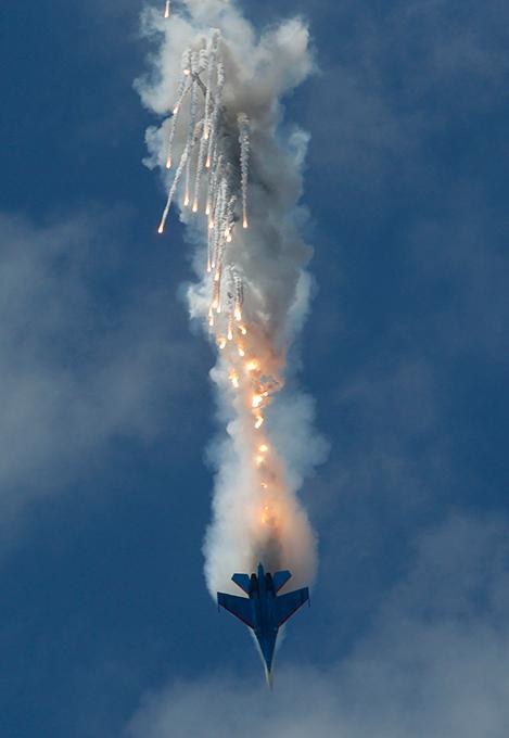 Стрижи  и  Русские Витязи  выступили на  Военно-морском салоне 2013  Выставка открылась смотром боевых кораблей и катеров.