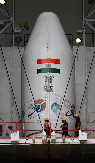 Индия готовится к полету на Марс Этот космический аппарат, снабженный многочисленным научно-исследовательским оборудованием, вес которого составляет 25 килограммов, будет выведен на эллиптическую орбиту Марса ракетой-носителем PSLV-XL, которая была разработана индийскими конструкторами. В его задачу будет входить выяснение причин исчезновения атмосферы и жидкой гидросферы на Красной планете и получение данных о наличии возможных признаков жизни. Индия,космос,полет,Марс