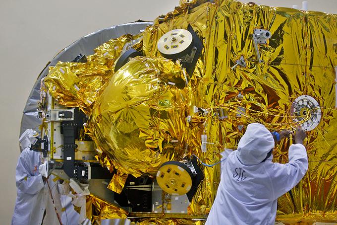 Индия готовится к полету на Марс Прибытие станции на марсианскую орбиту ожидается в сентябре 2014 года. По плану, при помощи коррекционных маневров Mangalyaan будет выведен на сильно вытянутую эллиптическую орбиту рядом с Марсом с апоцентром 80 тысяч киломеров и перицентром — 500 километров. Индия,космос,полет,Марс