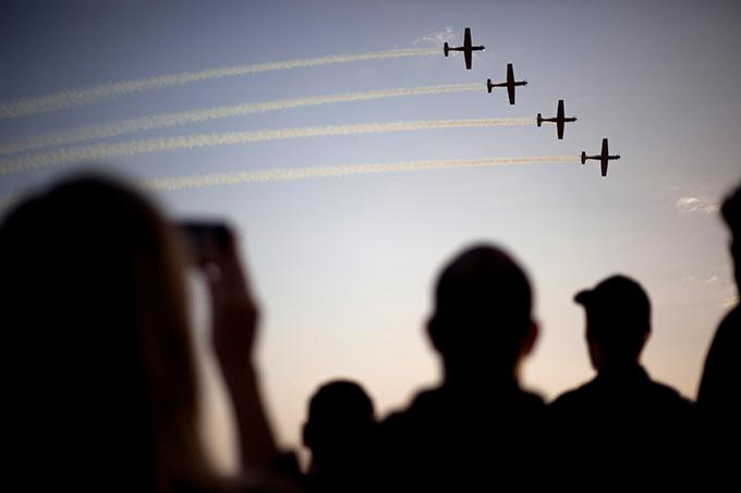 Pilotos de la Fuerza Aérea de Israel han mostrado su nueva Base Aérea de Israel Hatzerim cerca de Beersheba solemne acto de graduación de los cadetes de la escuela de vuelo.  La ceremonia fue acompañada exhibición aérea, a la que asistieron los aviones de combate y helicópteros de las FDI.