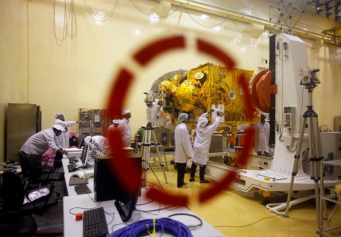 Индия готовится к полету на Марс Станцию снабдили разнообразными датчиками, среди которых будут детекторы метана, водорода, а также инфракрасный спектрометр. Кроме того, на аппарате установлена камера с четырехмегапиксельной матрицей — она сможет снимать поверхность Красной планеты с разрешением 25 метров на пиксель с расстояния 500 километров. Индия,космос,полет,Марс