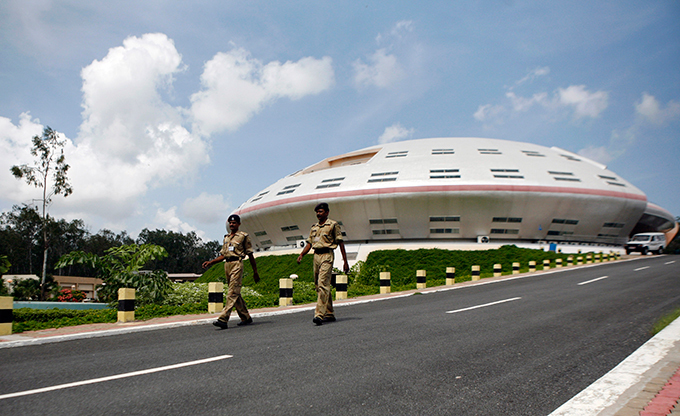 Индия готовится к полету на Марс Запуск аппарата состоится в начале этого месяца с космодрома Шрихарикоте, что находится на восточном побережье Индии. По мнению ученых, ближайшее  стартовое окно  — ситуация, при которой Марс сближается с Землей, наступил в районе 5-7 ноября. Индия,космос,полет,Марс