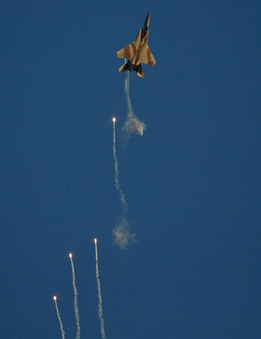 ВВС Израиля показали своих новых пилотов База Хацерим была создана в 1960 году и стала первой в Израиле, построенной самими израильтянами, а не оставленнойбританцамипосле второй мировой войны.