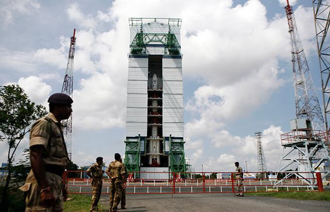 Индия готовится к полету на Марс В случае успеха, Индия станет четвертой страной в мире, которая смогла успешно отправить автоматическую беспилотную станцию к Марсу — после СССР, США и Европейского космического агенства. И это будет большим прорывом не только в научно-техническом развитии самой страны, но и мировой космонавтики — ведь до сих пор, несмотря на значительное развитие космических технологий, полеты к Красной планете остаются весьма сложным делом и только треть из них проходит успешно. Индия,космос,полет,Марс