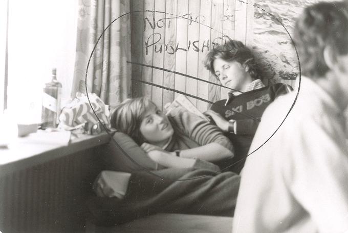 Интересное в мире Фото молодой принцессы Дианы того времени, когда она была просто Дианой Спенсер, с неизвестным молодым человеком рядом с ней, выставлено на продажу аукционным домом RR Auctions.  Интересное в мире, истории