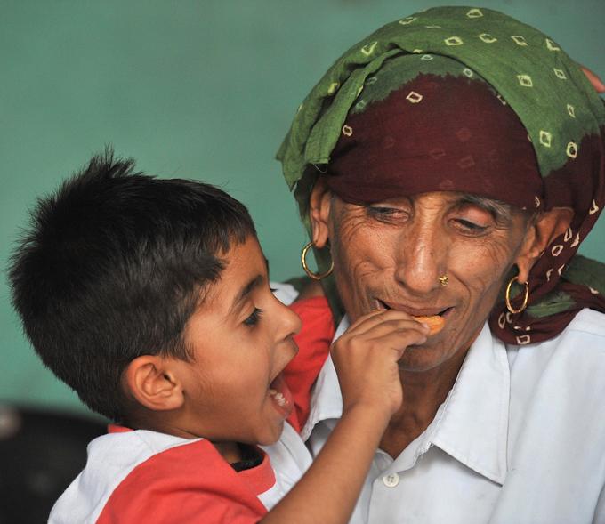 Самая старая мама в мире 75-летняя Райо Деви является, вероятно, самой старой матерью в мире.