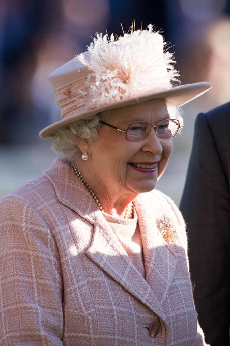 Мы говорим королева – подразумеваем шляпки Спросите любого мужчину, какой должна быть женщина, и он не задумываясь ответит - как королева! А какая она, эта царственная особа? В наше время есть только одна настоящая, ныне здравствующая, самая пожилая и самая стильная - Её Величество королева Англии Елизавета II. В свои годы она по-прежнему выглядит идеально! Британская королева всегда элегантна и всегда в шляпе, подобранной в тон к наряду. Ее стиль безупречен...  Её Величество королева Англии Елизавета II