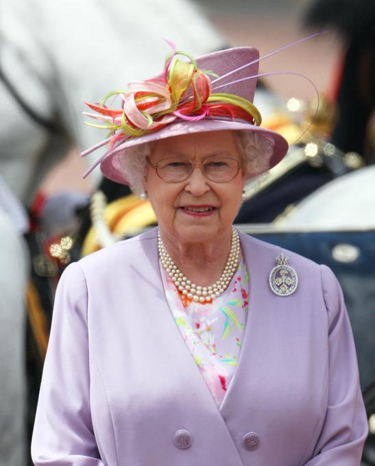 Мы говорим королева – подразумеваем шляпки Спросите любого мужчину, какой должна быть женщина, и он не задумываясь ответит - как королева! А какая она, эта царственная особа? В наше время есть только одна настоящая, ныне здравствующая, самая пожилая и самая стильная - Её Величество королева Англии Елизавета II. В свои годы она по-прежнему выглядит идеально! Британская королева всегда элегантна и всегда в шляпе, подобранной в тон к наряду. Ее стиль безупречен... Источник: http://business-babushka.ru  Её Величество королева Англии Елизавета II