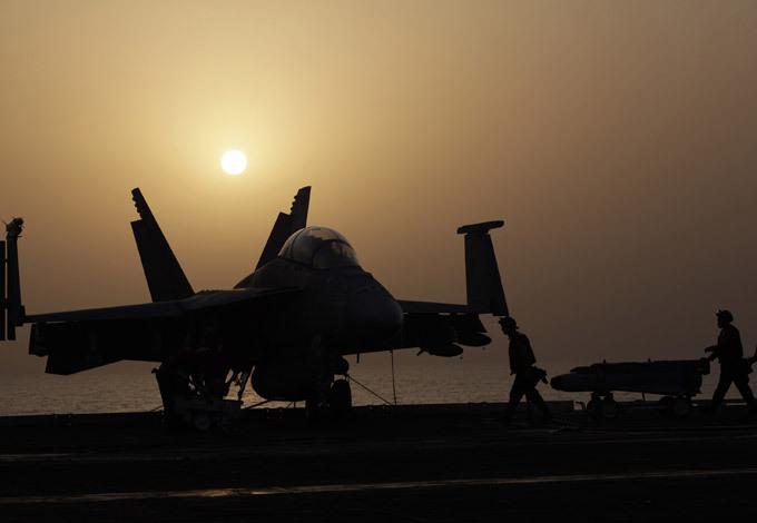 """USS George Bush: el problema - sólo en el inodoro Después que el presidente Barack Obama ha dado el permiso oficial a los ataques aéreos contra militantes islámicos, el portaaviones estadounidense """"George Bush"""", fueron ejercicios tácticos con el desempeño de las operaciones aeronáuticas.  Portaaviones"""