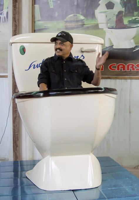 Самые дурацкие из дурацких автомобилей Очень похоже, что 46-летний изобретатель Садхакар Ядав (Sudhakar Yadav) в детстве насмотрелся американских телевизионных мультфильмов Wacky Races - «Дурацкие гонки». Во всяком случае каждое новое творение инженера-конструктора из Индии выглядит хотя и бесполезно, но довольно прикольно. Индия дизайнер Судхакар Ядав автомобиль