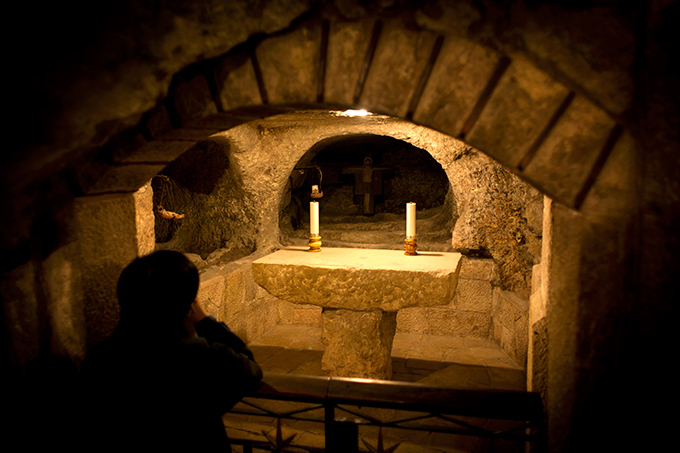 Реставрация Базилики  Рождества Христова  в Вифлееме Подамвономбазилики находится величайшая христианская святыня- пещера Рождества. Место рождения Христа находится в восточной части пещеры и отмечено серебряной звездой. В сохранившихся письменных источниках пещера впервые упомянута около150года. Подземный храм здесь располагается со временсвятой Елены. реконструкция, Храма Рождества Господня