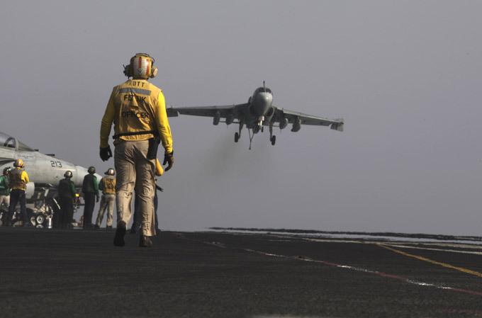 Авианосец  Джордж Буш : проблема - только в унитазах Американский авианосец «Джордж Буш» был заложен 6 сентября 2003 года, спущен на воду 9 октября 2006 года, включен в состав флота 10 января 2009 года. На его борту находится около 95 боевых самолетов и девять вертолетов. авианосец