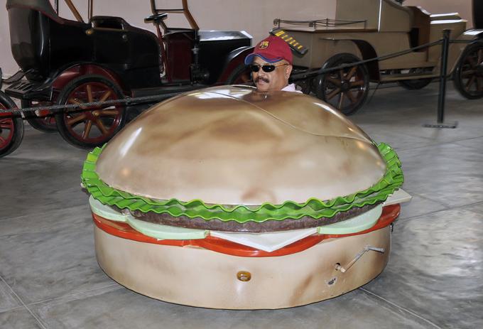 Самые дурацкие из дурацких автомобилей Садхакар Ядав позирует в автомобиле, выполненном в форме гамбургера. Снимок сделан в автомобильном музее в Хайдарабаде, Индия. Индия дизайнер Судхакар Ядав автомобиль
