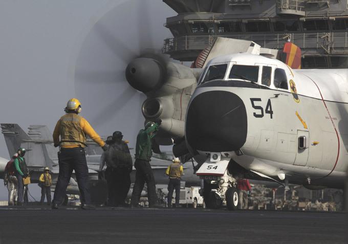 Авианосец  Джордж Буш : проблема - только в унитазах Экипаж авианосца  Джордж Буш  состоит из 1987 человек, из них 310 - летный состав. На палубу авианосца может одновременно сесть не более двух самолетов.  Джордж Буш  активно используется в качестве корабля прикрытия сухопутных войск. В частности, его самолеты атакуют позиции исламских боевиков, которые воюют в Ираке. авианосец